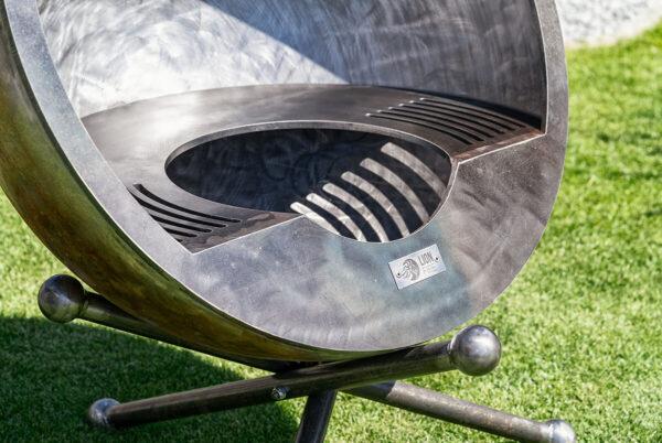 Feuerkugel Luna Calante 100 Altum mit edlem Grillring. Erhältlich in verschiedenen Thermolack Ausführungen.