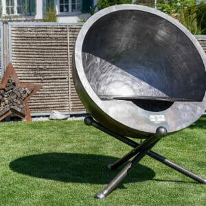 Feuerkugel Luna Calante 100 Design Grill aus Schweizer Produktion. Aus robustem und dicken Edelstahl.