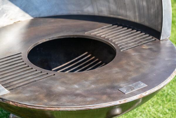 Feuerkugel Luna Plenus mit edelem Feuer- und Grillring. Dies sorgt für mehr Grillspass.