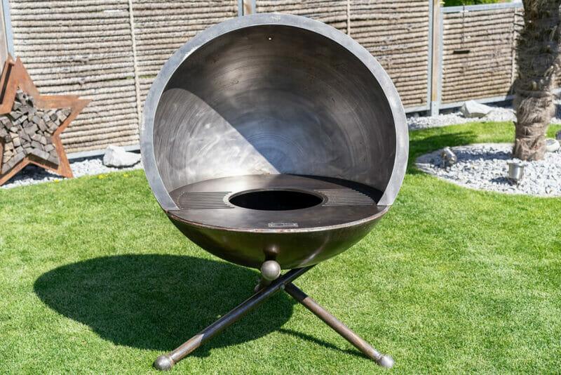 Feuerkugel Luna Plenus 100 altum Design Grill aus Schweizer Produktion. Aus robustem und dicken Edelstahl.