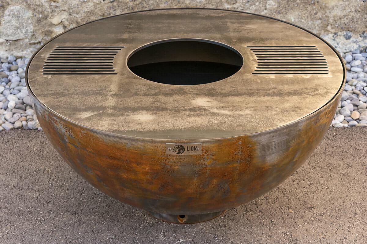 Feuerschale Orbis 113 mit Grillring aus Schweizer Produktion. Edle Feuerschale in Rostoptik ideal für in den Garten.